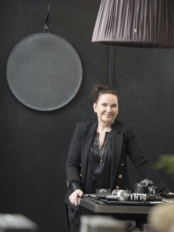 Mrs Jones -blogin Jonna Kivilahti kuvaa arjen kauneutta ja rakastaa mustaa väriä.