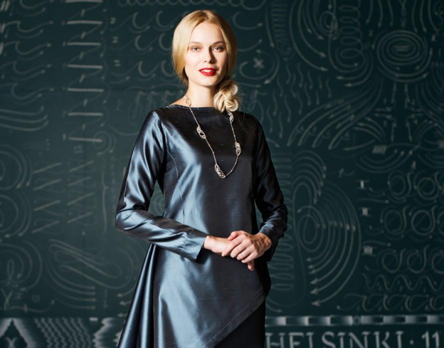 Ilonan arkkitehtitausta näkyy silkkiasun yksinkertaisissa muodoissa ja mittasuhteiden harmoniassa. Ohje Suuri Käsityö 1/2014.