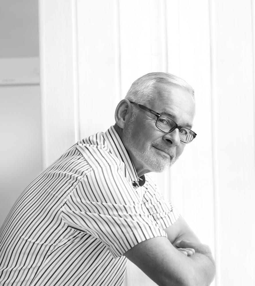 Urpo Kangas on 63-vuotias Helsingin yliopiston siviilioikeuden professori, joka  tuhlaa mieluiten kirjoihin ja hyvään punaviiniin. Kahdelle tyttärelleen hän on vihjannut, että mammuttiperinnöstä on turha uneksia.