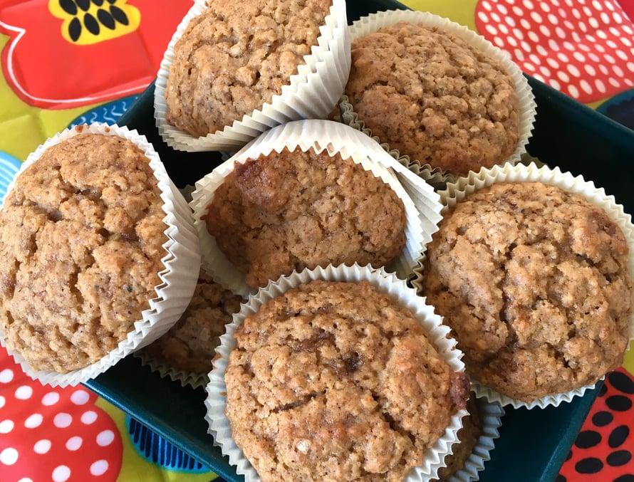 Omenamuffinit sopivat erinomaisesti pitkille aamiaisille ja iltapäiväkahveille. Ne valmistuvat lähes yhtä nopeasti kuin pannullinen kahvia.
