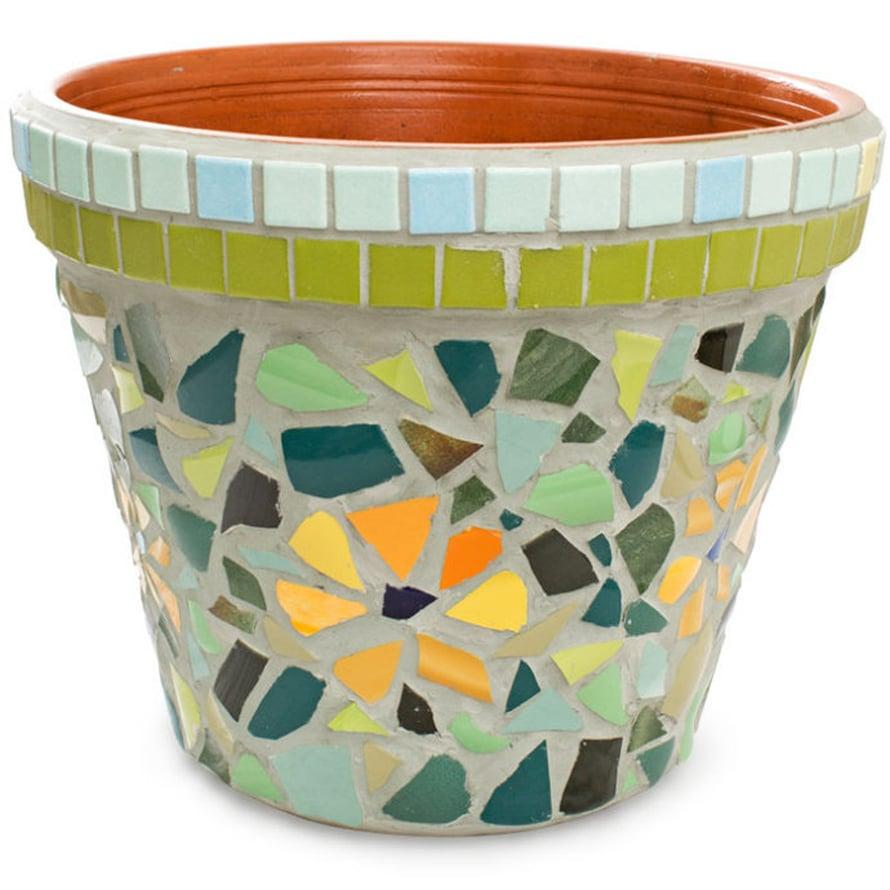Jättiruukun mosaiikkipinta on sommiteltu vanhoista astioista.