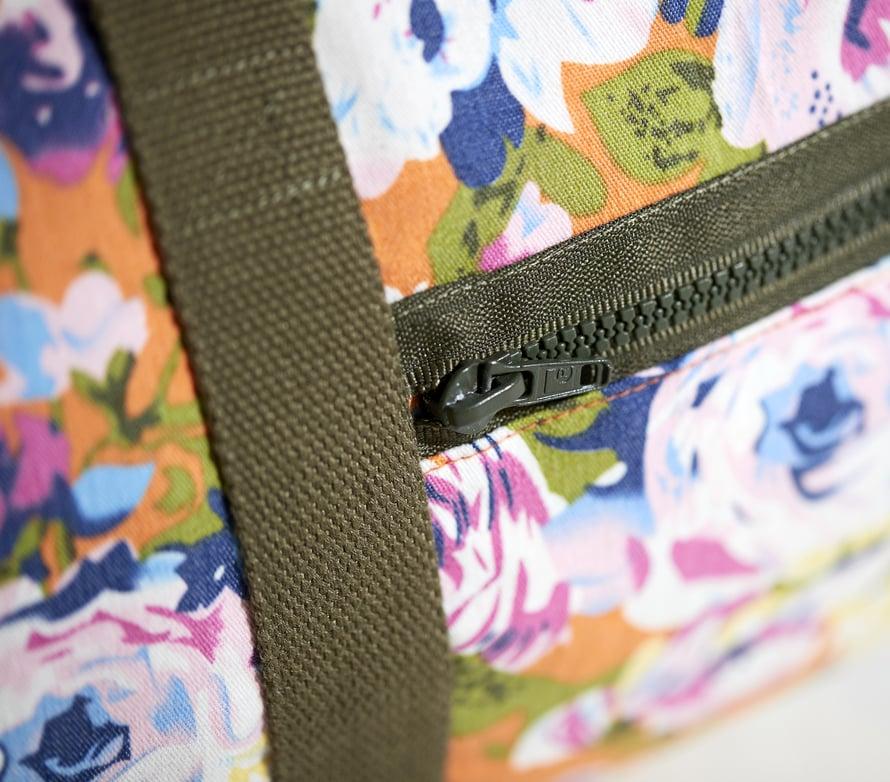 Jätä taskuvetoketjun toinen kangasreuna näkyviin. Taskun pystysivut ovat piilossa hihnojen alla.
