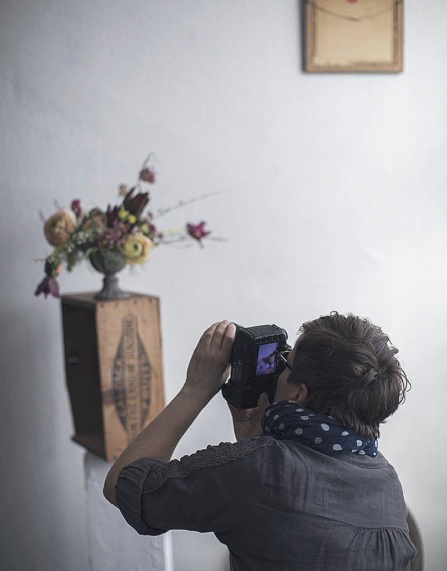 Työhuoneellamme on upea valo ja Kreetan rekvisiitan avulla kurssilaiset pääsevät ikuistamaan asetelmansa ja tutustumaan kukkien kuvaamiseen ja tulemaan myös sinuiksi oman kameransa kanssa. Kuva Kreetta Järvenpää.