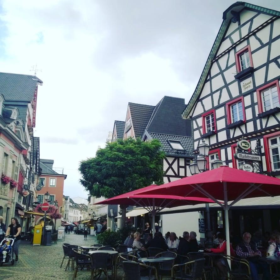 Pieni ja söpö Ahrweilerin kylä sijaitsee vanhanaikaisesti muurien suojaamana.