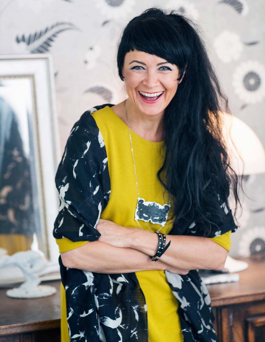 Maaretta suosii nuorten suomalaisten suunnittelijoiden koruja. Tämä koru on turkulaisesta Televisio-lifestyle-liikkeestä. Mustavalkoinen huivi on Tiger of Swedenin ja mekko Cosista.