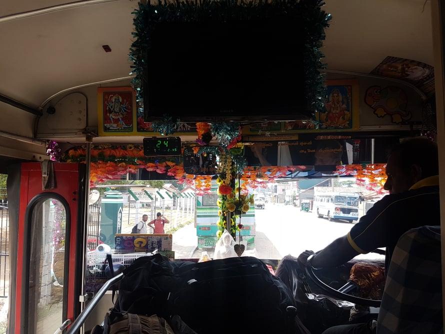 Matkanteko paikallisbusseilla on helppoa ja edullista - parin tunnin bussimatka maksaa reilun euron. Paikalliset auttavat oikeaan bussiin ja sinne mihin ei bussi kulje, pääsee kätevästi tuktukilla.