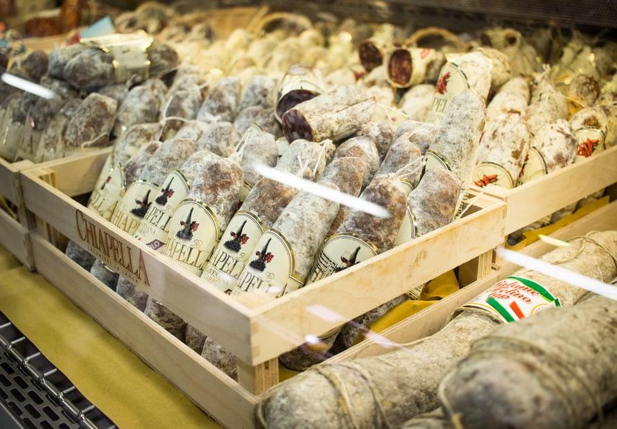 Roininen on erikoistunut Italialaisiin makkaroihin, leikkeleisiin ja herkkuihin. Ismo Roininen ja hänen poikansa osaavat kertoa tarkastikin, miten mikäkin makkara on valmistettu, sillä he reissaavat Italiassa alituiseen valitsemassa makkaroita. Kysy myös matkavinkkejä!
