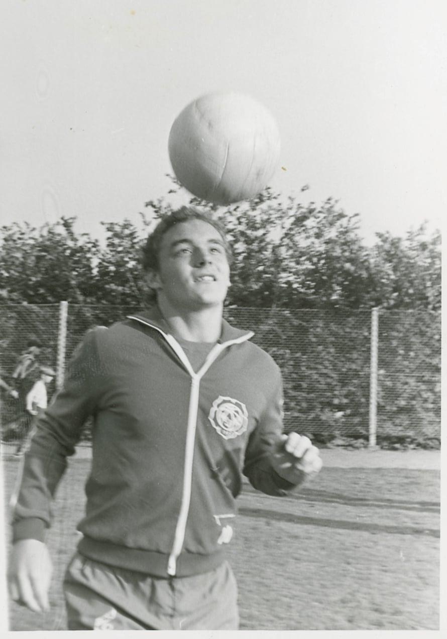 HJK:n edustusjoukkueeseen päässyt nuori Atik Helsingin Pallokentällä vuonna 1976.
