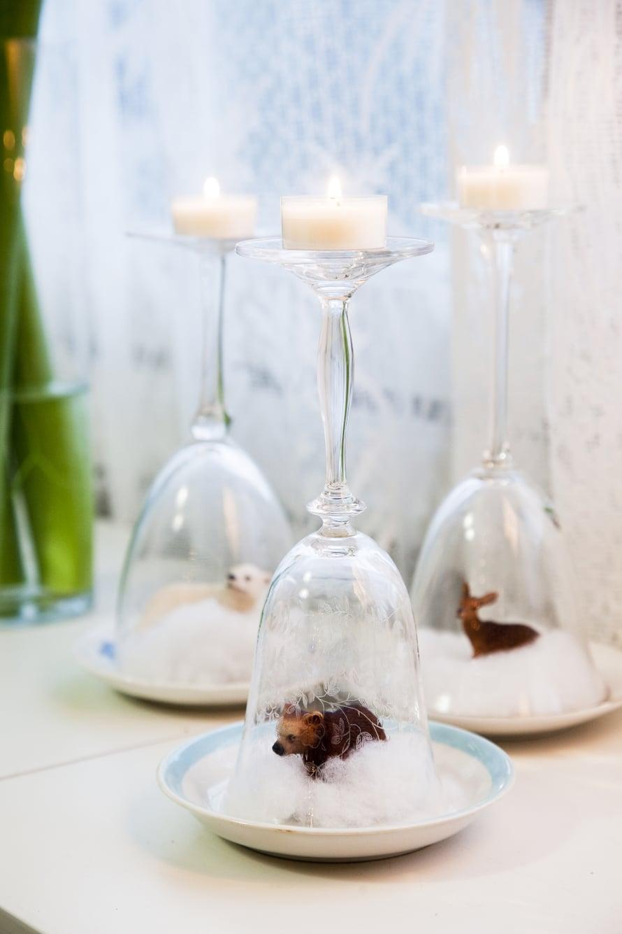Katja rakastaa pikkurahalla syntyviä koristeita. Pumpuli, lasten muovieläimet, viinilasit ja tuikkukynttilät riittävät tähän asetelmaan.