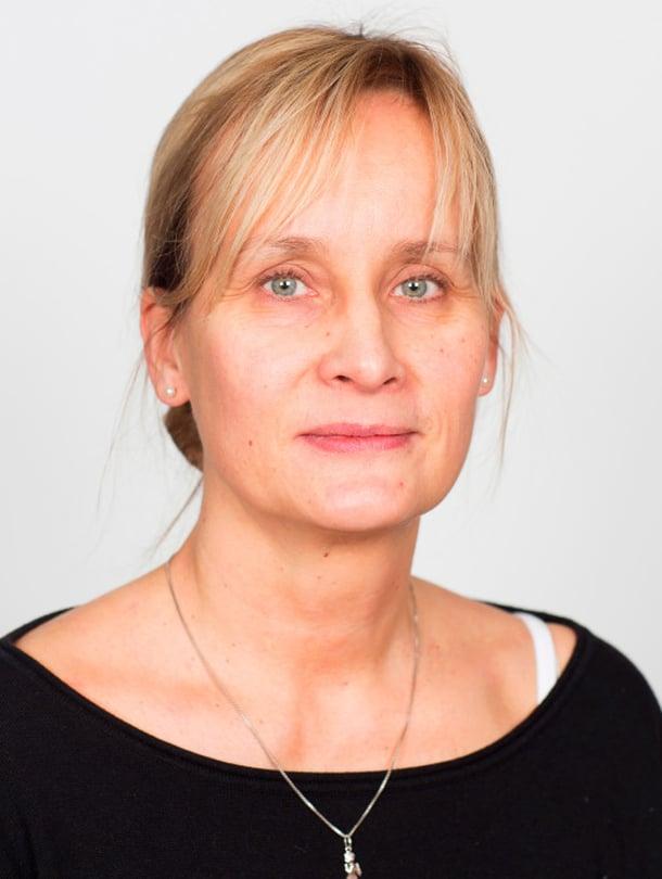 Marianne Ahlfors ennen. Marianne kaipasi vinkkejä helppoon arkikampaukseen ja siihen, miten saisi hennoista hiuksistaan tuuheammat. Lisäksi hän toivoi meikkivinkkejä ihonvärin tasoittamiseen ja silmien korostamiseen.