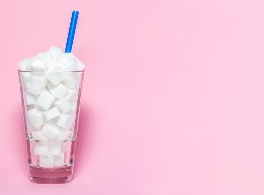 Liian suurina määrinä sokeri voi turvottaa ja veltostuttaa ihoa, sanoo Suomen kosmetologien yhdistyksen puheenjohtaja Anne Parkkinen.