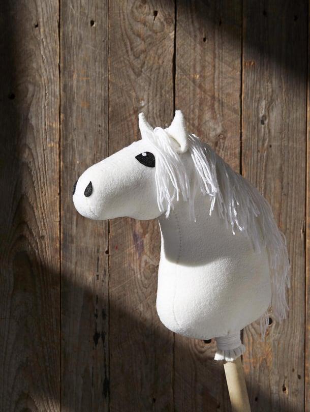 Sovita silmiä, korvia ja sieraimia hieman eri kohtiin, niin saat hevosellesi persoonallisen ilmeen.