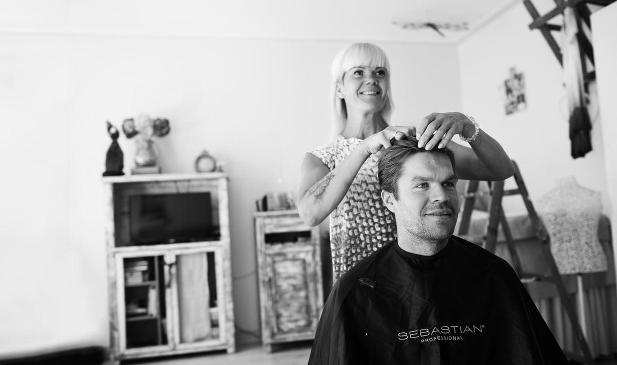 """Jääkiekkoilija Siim Liivik käymässä naapurirapussa äidin luona. Katrin on kampaaja ja leikannut aina Siimin hiukset. """"Siimulla on välillä ollut ihan outoja kampauksia, hän on ollut harjoituskappaleeni."""""""