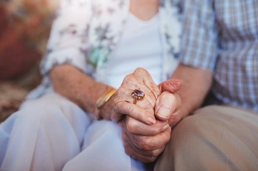 """""""Kosketus on usein sanaton viesti kiintymyksestä tai rakkaudesta"""", sanoo Väestöliiton psykologi Jaana Ojanen."""