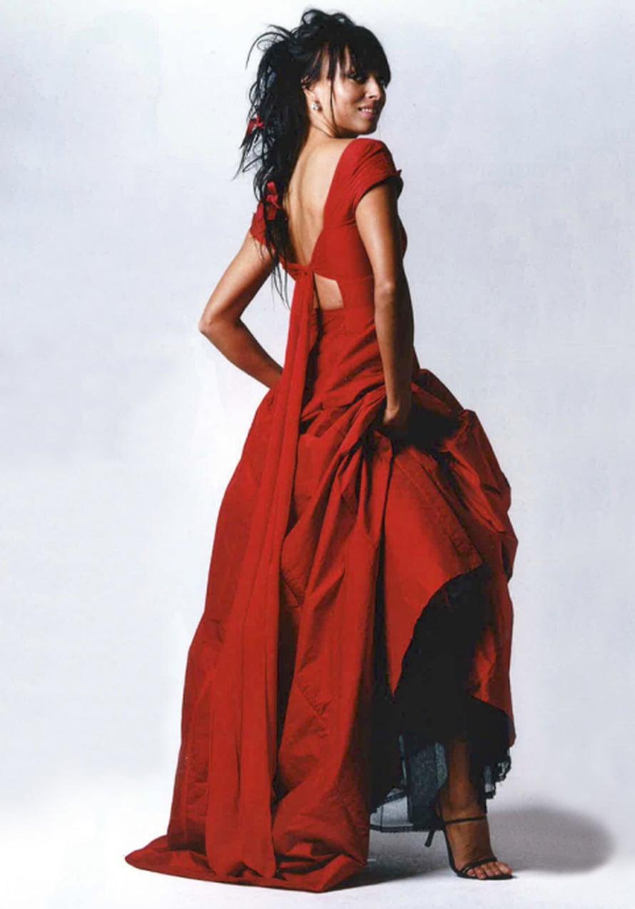 Jos haluat poiketa perinteistä, ompele itsellesi huikean punainen puku suuren maailman tyyliin. Sen on sinulle suunnitellut hollantilainen Mart Visser vuonna 2009.