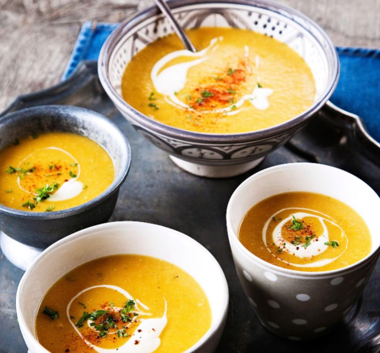 Keiton koristeluun sopivat notkistettu ranskankerma, silputtu persilja ja paprikajauhe.