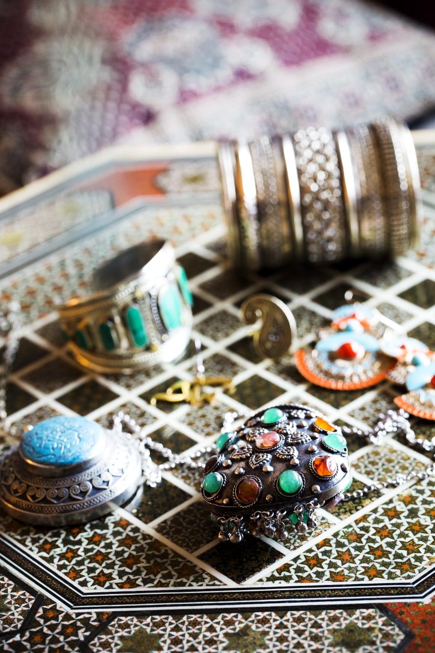 Saran tuoreimpia hankintoja on koristeltu riipus (keskellä), jonka sisällä on pieni Koraani.