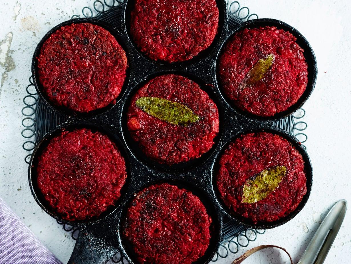 Helpot punajuuripihvit paistetaan rapeiksi pannulla. Lettupannu on tässä oiva apu.