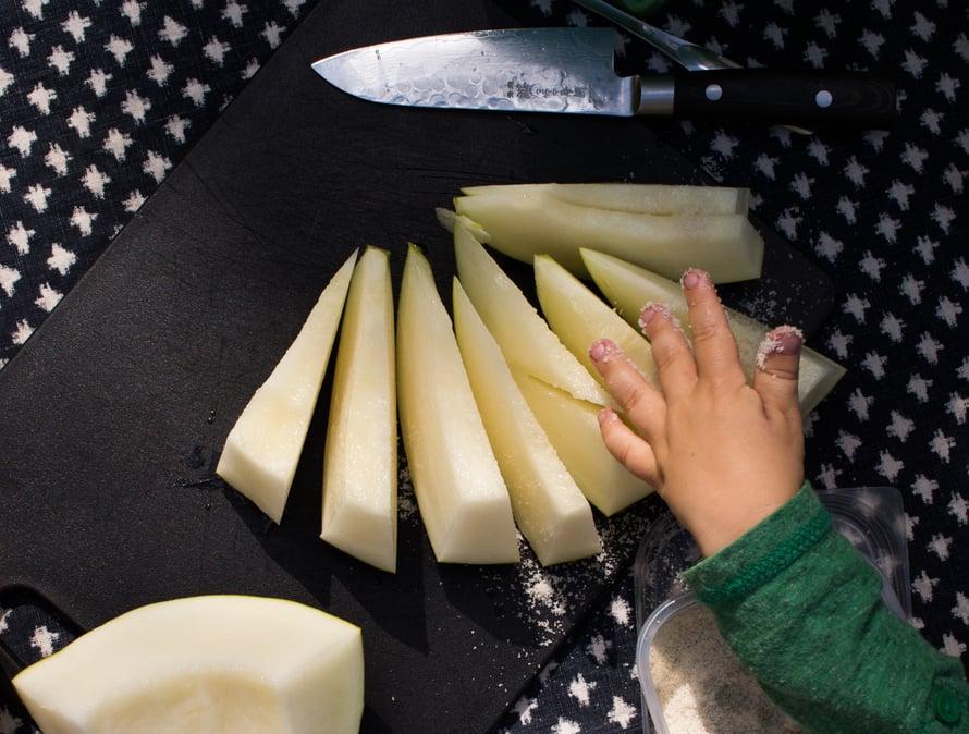 Levitä palat leikkuulaudalle ja ripottele meloneille hienoa merisuolaa (ei sitten mitään Pan-suola-sötkötyksiä!) ronskilla kädellä. Tämä tekeminen sopii myös pikkuassareille.