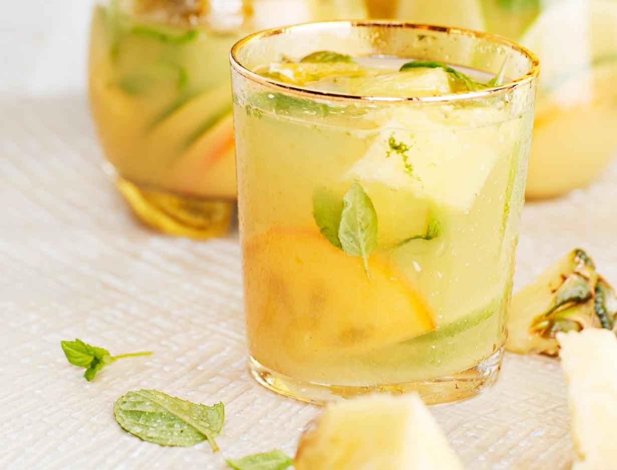 Pakasta hedelmät maukkaiksi jääpaloiksi. Kohmeiset hedelmät viilentävät juoman hauskemmin ja antavat makua, kun niitä painelee lusikalla.