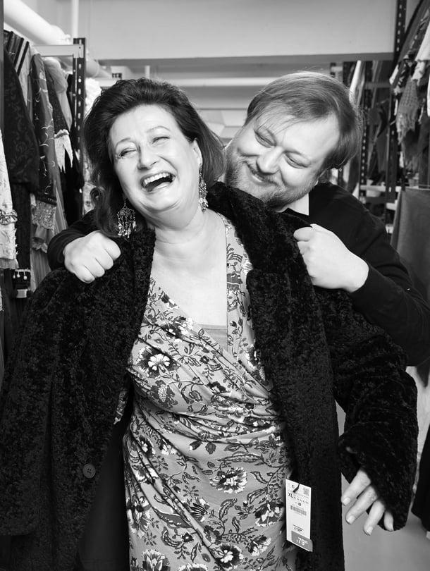 Heidi Herala ja Lauri Maijala työpaikalla eli Helsingin Kaupunginteatterin puvustossa. Lauri ohjaa äitiään Kirsikkatarha-näytelmässä, jonka ensi-ilta on 28.2.