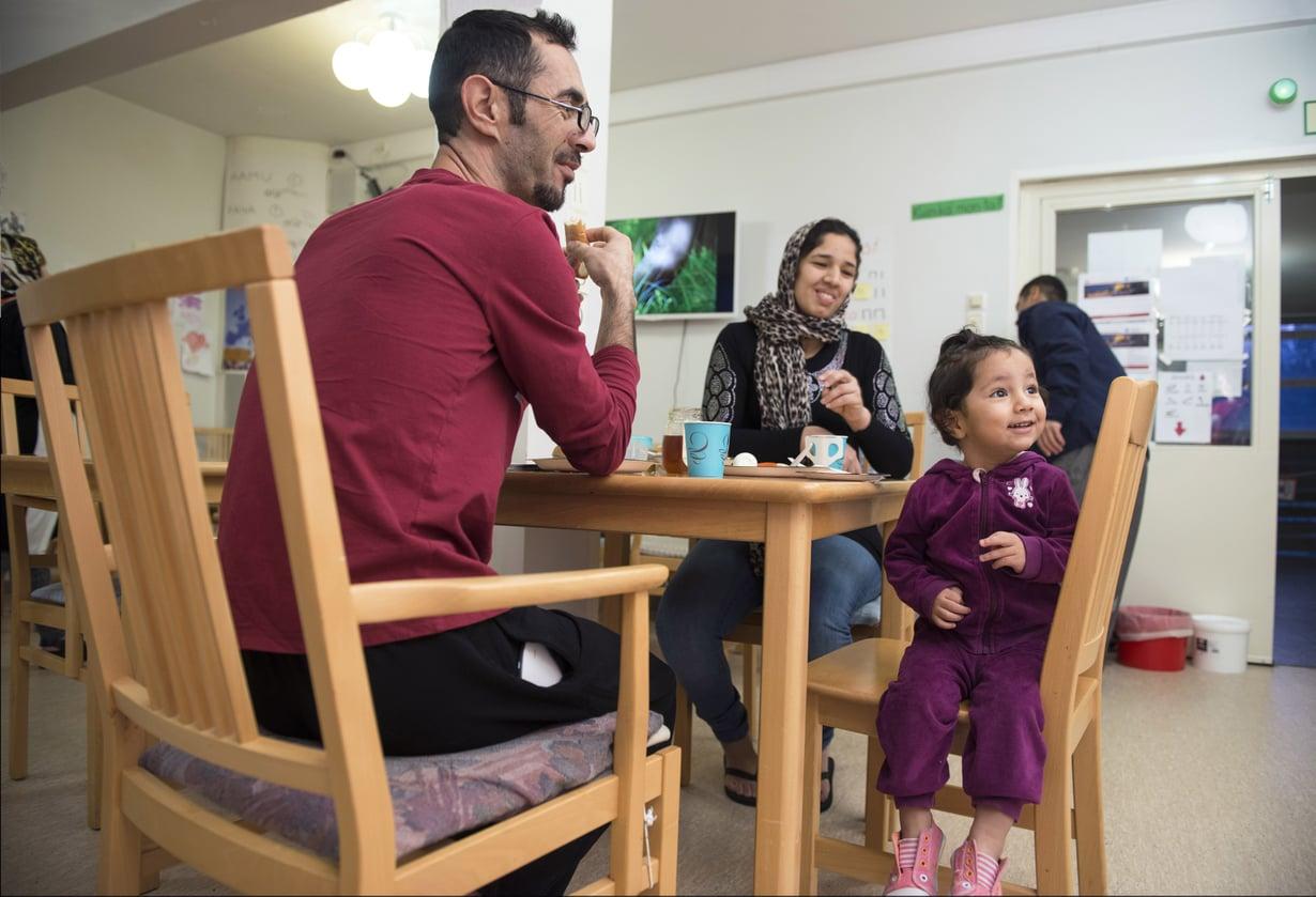 Ahmad Muhkaar Jaraf, Zahra Sultani ja 2-vuotias Sousan lähtivät Kabulista kesäkuisena yönä. Matka Suomeen kesti melkein viisi kuukautta. Nyt he syövät aamupalaa vastaanottokeskuksessa Porvoossa.