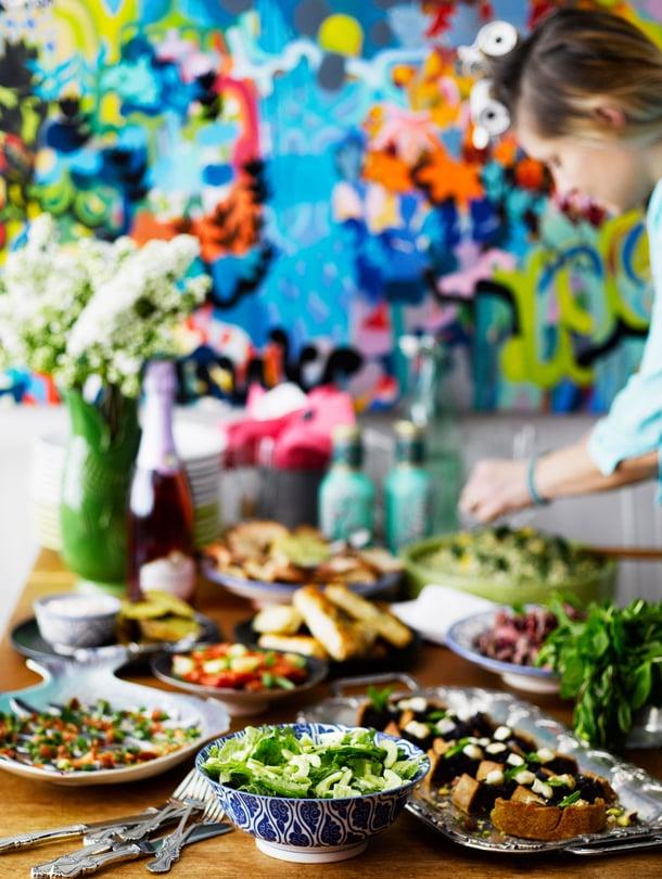 Ennen kuin juhlaruuat pääsevät esillepanoastioihin, täytyy niille löytää paikka jääkaapissa. KK:n ruokatoimittaja Emilia Kolari vinkkaa, miten onnistut juhlaruokien säilyttämisessä.
