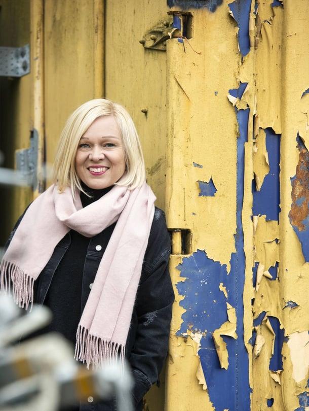 """""""Kirjoitan paljon epätäydellisyyden hyväksymisestä, mutta opettelen sitä yhä itsekin"""", Elina Salminen sanoo."""