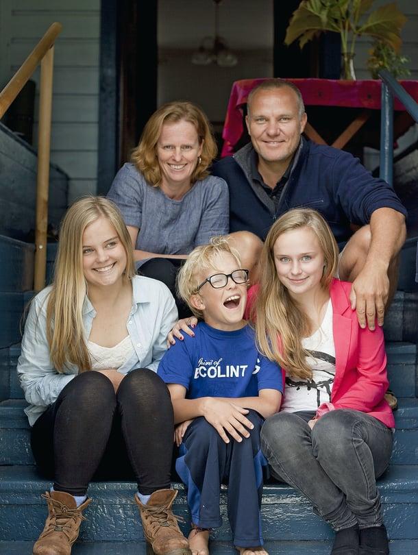 Monika Sandvik-Nylund, Bo Nylund ja lapset Emma, Lisa ja Elias vaihtavat kesäisin Geneven Uudenkaarlepyyn maisemiin.