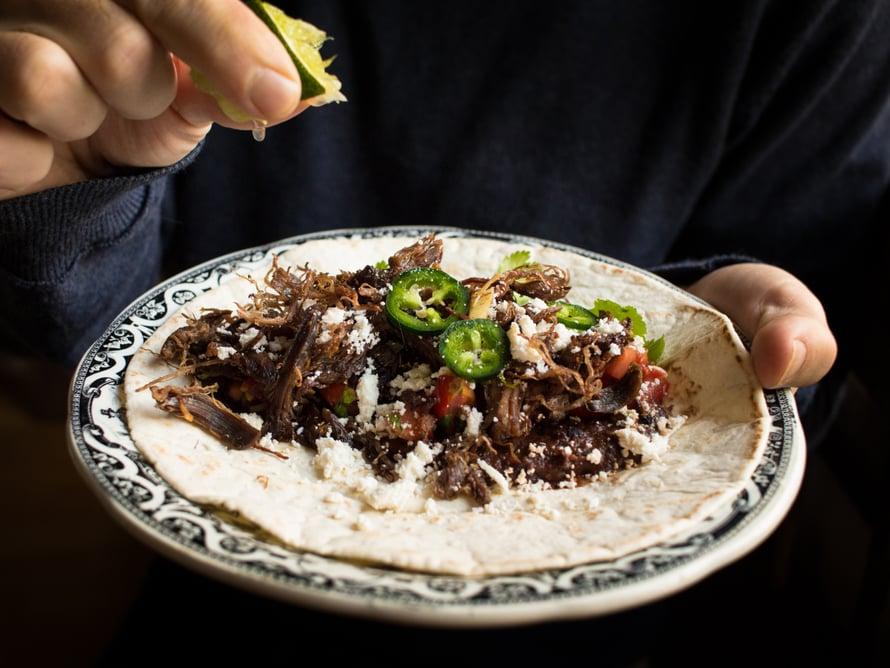Machomon kanssa oli mustapapumuhennosta, queso fresco -juustoa, tomaattisalsaa, ranskankermaa, jalopenoja ja korianteria. Ja tietenkin tuoretta limeä!