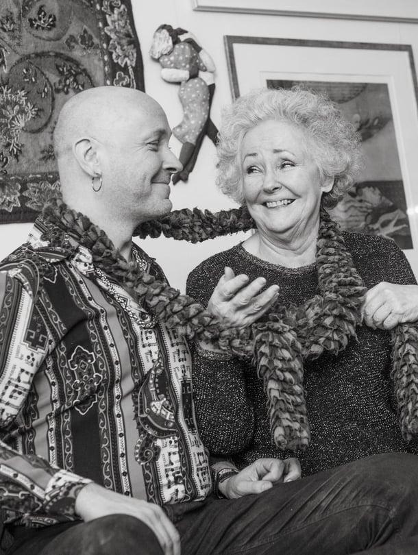 Tuija Vuolle, 76, teki uransa Tampereen Teatterissa. Hänen poikansa Jaan Wessman, 44, on muusikko, joka on soittanut muun muassa Jonne Aaronin bändissä. Hänen ensimmäinen sooloalbuminsa ilmestyi viime syksynä. Tuija rakastaa neulomista ja on tehnyt itselleen ja Jaanille useita kaulahuiveja.