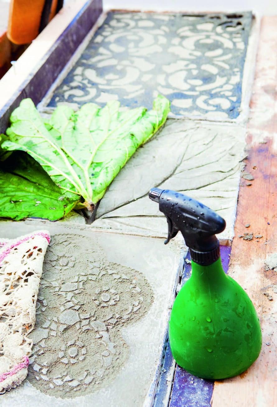 Kun betoni on kuivunut viisi päivää, kuviomuottina käytetyn pitsiliinan tai kynnysmaton voi irrottaa.