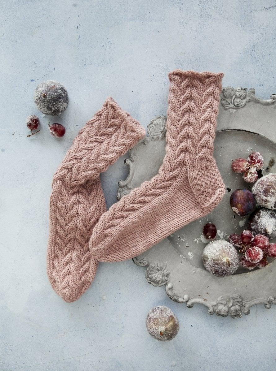 Tämän Niina Laitisen suunnitteleman villasukan nimikin on ihana: Hiljaa kuiskaa yö.