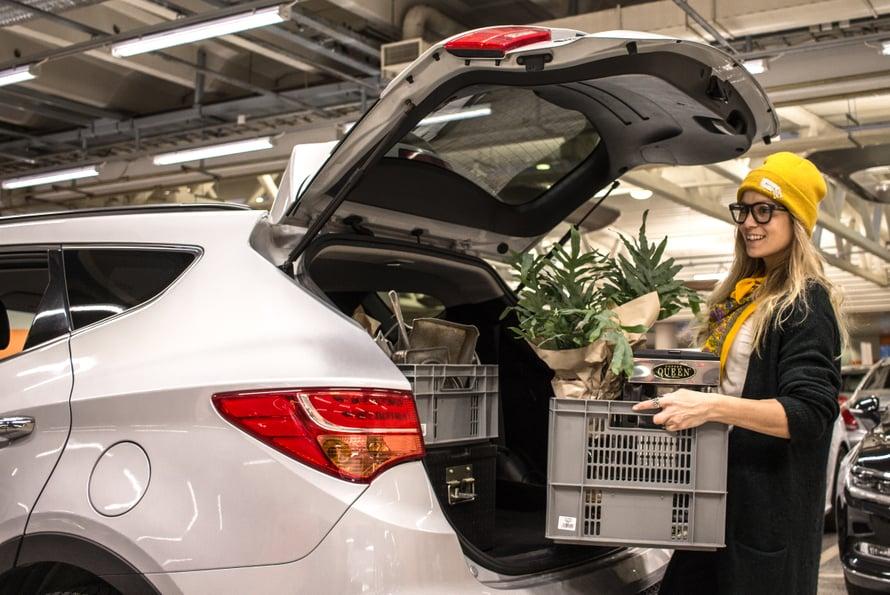 Hyundaissa on todella tilava takaosa, mutta pientä miinusta tulee sen pyöristetystä muodosta. Kun kaksi isoa laatikkoa pinoaa päällekäin, takaluukku osuu ylemmän laatikon kulmaan. Nostokorkeus oli oikein miellyttävä ja takatila ergonominen.