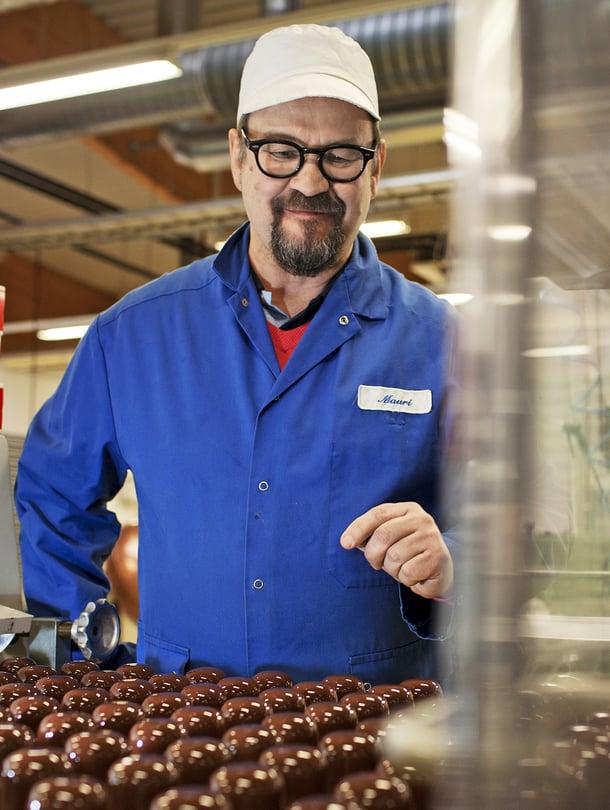 Suklaatehtaan tuotekehityspäällikkö Mauri Niemelä, 57, ei voisi kuvitella elämää ilman makeaa. Hän pitää huolen siitä, että muillakin on uutta maisteltavaa.