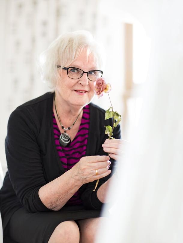 Espoolainen Terttu Laiho, 75, harrastaa muun muassa oopperaa ja vapaaehtoistyötä. Hän on 12-vuotiaan autistisen tytön tukihenkilö.