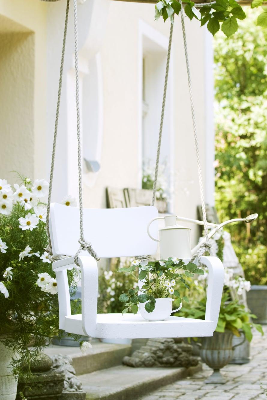 Ripusta keinu verannalle sateelta suojaan tai puutarhaan tukevaan puunoksaan.