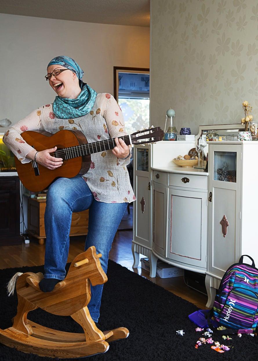 Kirsi laulaa kotimaisia hittejä, mieluiten hempeitä.
