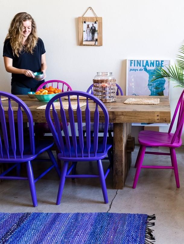 Maalaa tuolit lempiväreilläsi. Kaikkien tuolien ei tarvitse olla samanvärisiä! Auri Korvan kotona räiskyvät liilan, pinkin ja turkoosin sävyt.