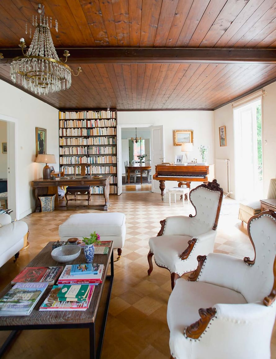 Sofia ja Patrick ovat järjestäneet vanhat huonekalut uuteen järjestykseen.