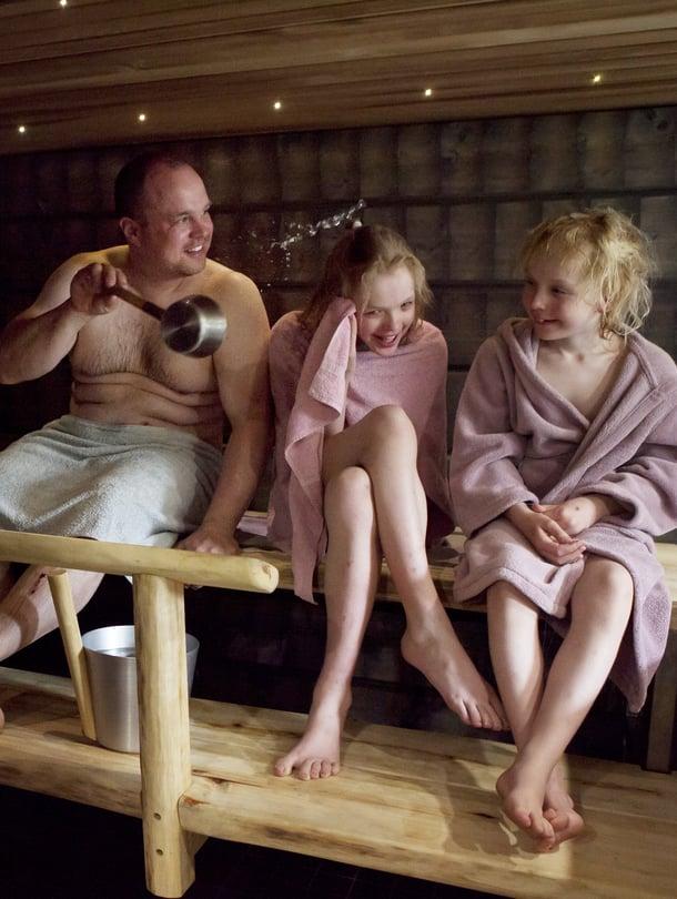 Työkoneenkuljettaja Jani Survo asuu Säkylässä. Perheeseen kuuluvat vaimo Mira sekä lapset Eve, 16, Eetu, 14, Erika, 9 ja Emmi, 6.