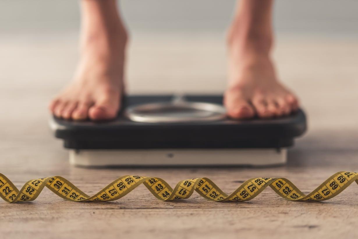 Painoon vaikuttavat elämäntavan muutokset, mutta myös iän myötä muuttuvalla hormonitasapainolla on merkitystä.