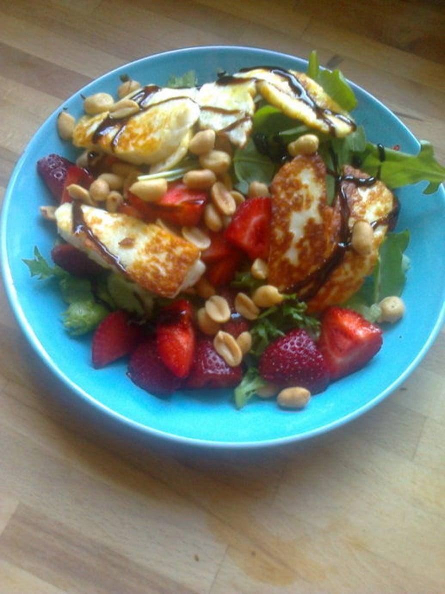 Halloumin ja mansikan liitto on täydellinen yhdistelmä suolaista ja makeaa. Salaatin kruunaa balsamicosiirappi. -Minna