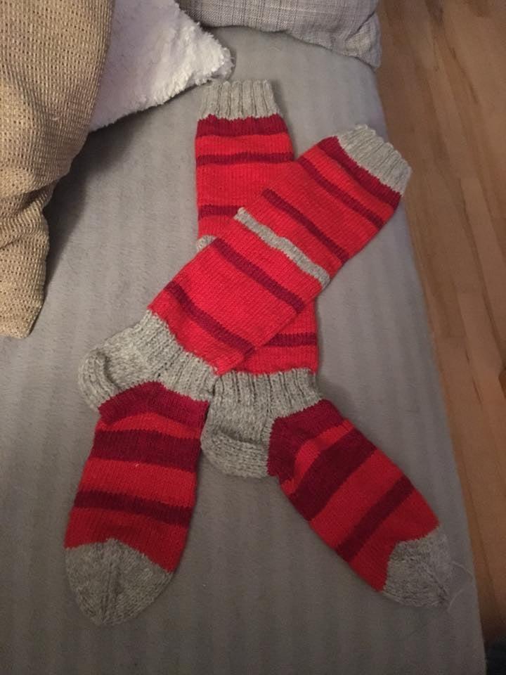 Tein itselleni jämälangoista polveen asti yltävät sukat.  Nyt on puikoilla tulossa kettukarkki-sukat miehelle joululahjaksi. - Johanna Jokinen