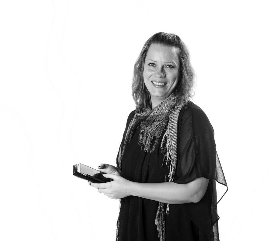 Suvi-Sadetta Kaarakainen on  38-vuotias äitiystutkija, joka asuu Turussa kolmen kouluikäisen lapsensa kanssa ja juo aamukahvinsa suihkussa.