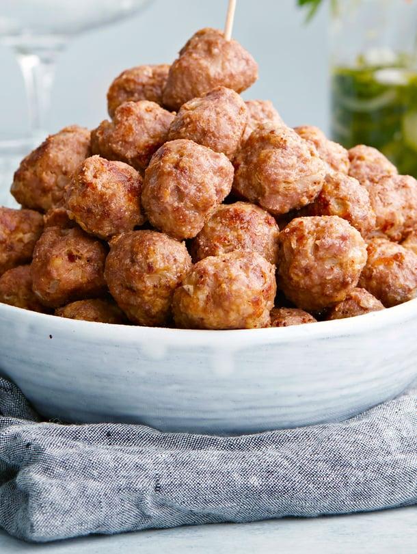 Ruotsalaiset lihapullat maistuvat myös jäähtyneinä. Maun salaisuutena on ripaus sokeria ja valkopippuria sekä nopea kypsennys tulikuumassa uunissa.