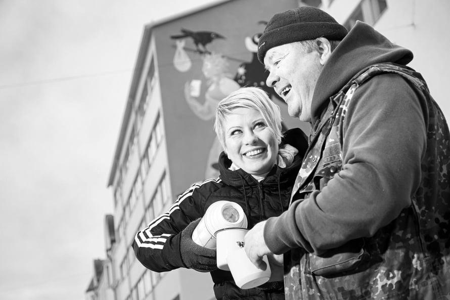 Kun avustustyötä tehdään ulkona, on syytä pysyä lämpimänä. Sini tarjoaa Heikki-isälleen kahvit Helsingin Kalliossa.