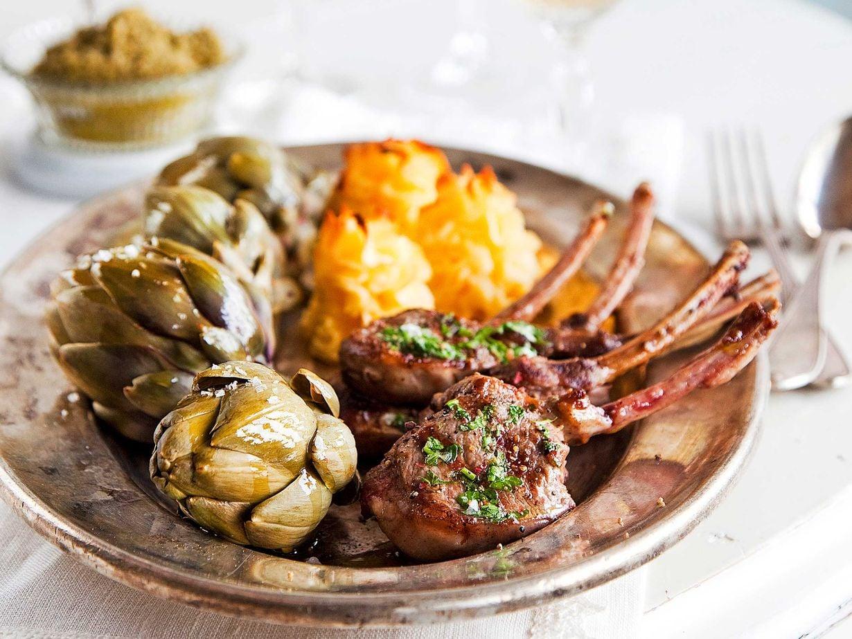 Yrteillä maustetut kyljykset nautiskelevat latva-artisokkien ja perunamuhennoksen seurasta.