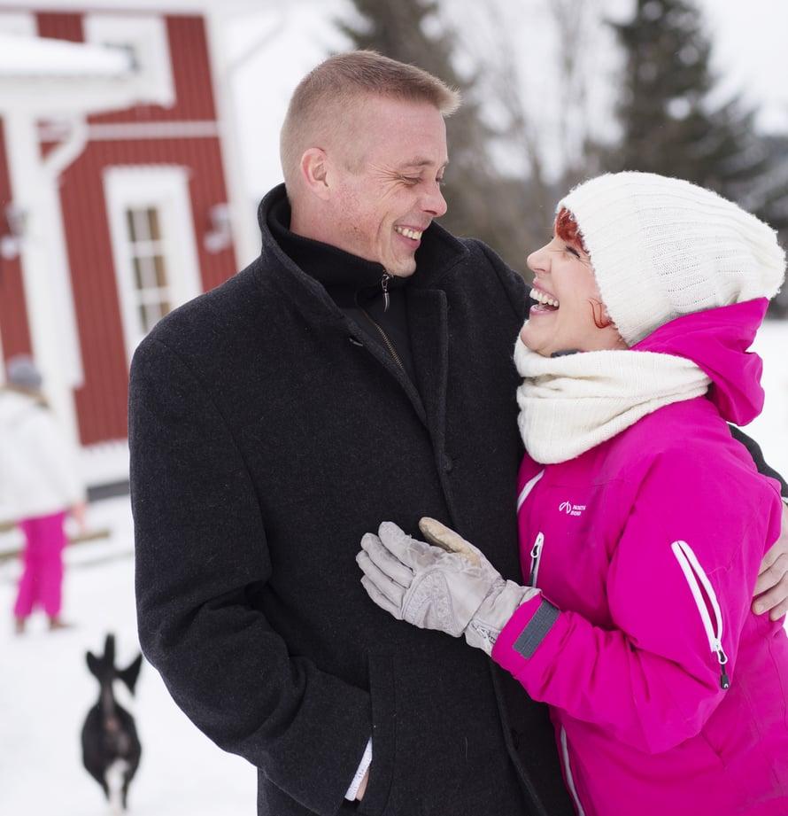 """Kun Mika Koivula kymmenen vuotta sitten raitistui, Riitta-vaimon jouluihin palasi ilo. """"Jouluna kuuluu miettiä sitä, kuka leipoo piparit ja mistä haetaan kuusi – ei sitä, kuinka estetään yhtä perheenjäsentä juomasta"""", Riitta sanoo."""