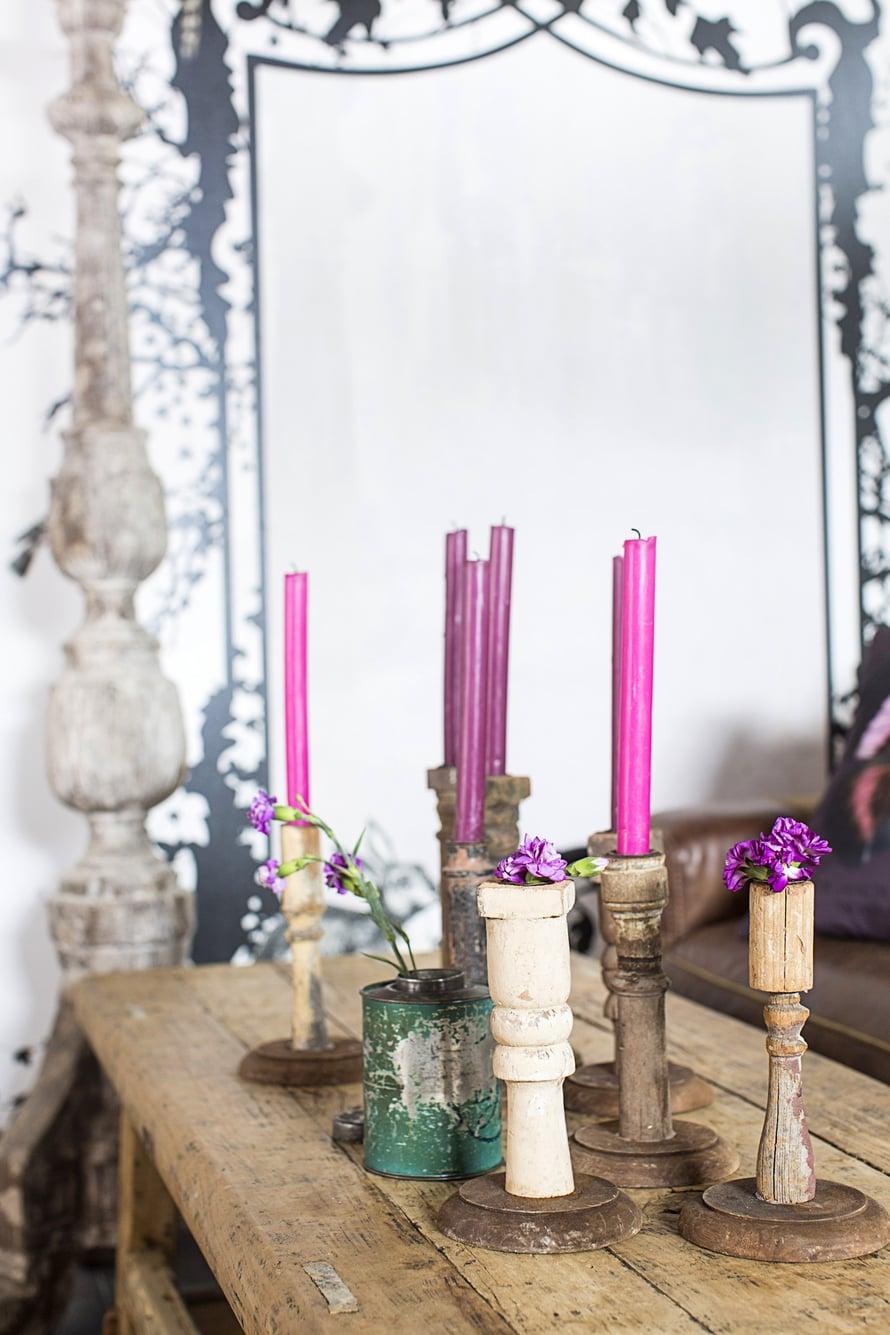 Vanhojen tuolien osista tuli oivat kynttilänjalat. Kevään koittaessa ne toimivat yhden kukan maljakkoina.